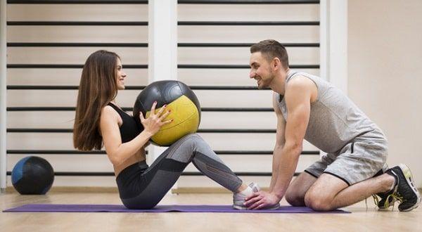 Personas entrenando con balón medicinal