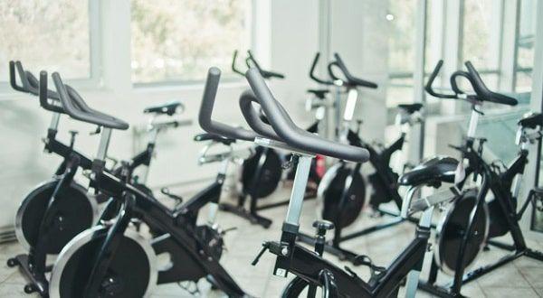 Varias bicicletas de gimnasio