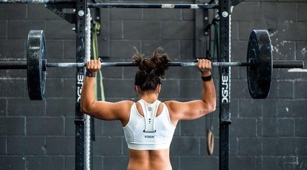 Mujer barra de pesas