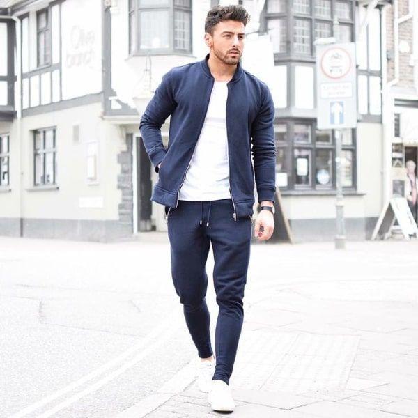 hombre con joggers y chaqueta a juego por la calle