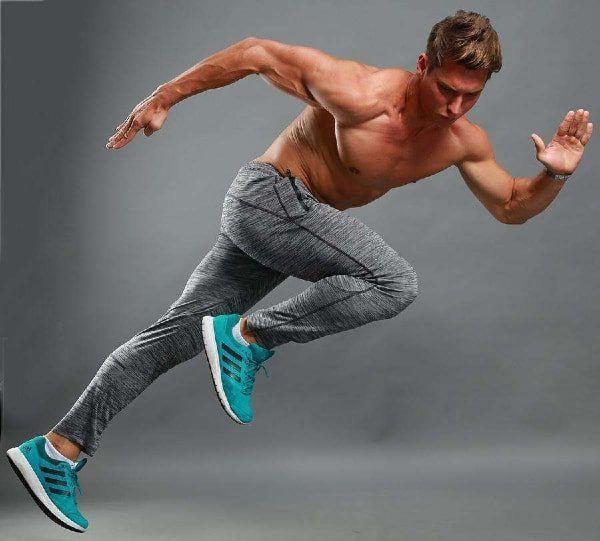 hombre con joggers y zapatillas azul electrico esprintando